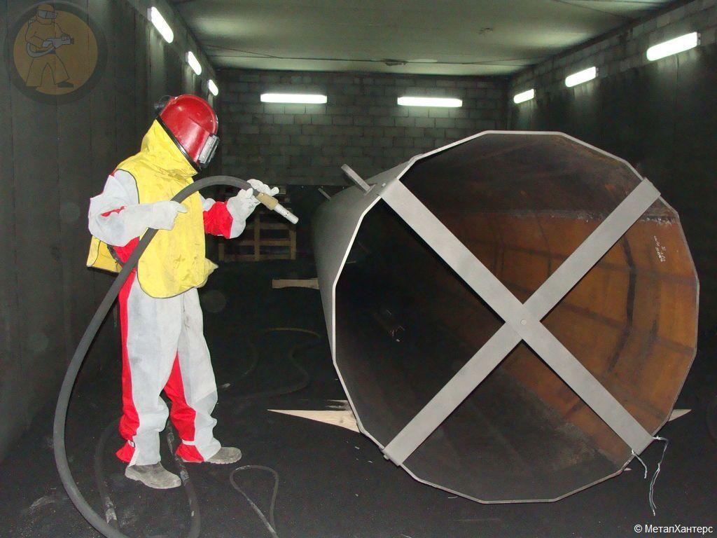 Очистка опоры ЛЭП (Вид изнутри пескоструйной камеры)Общий вид производственного участка