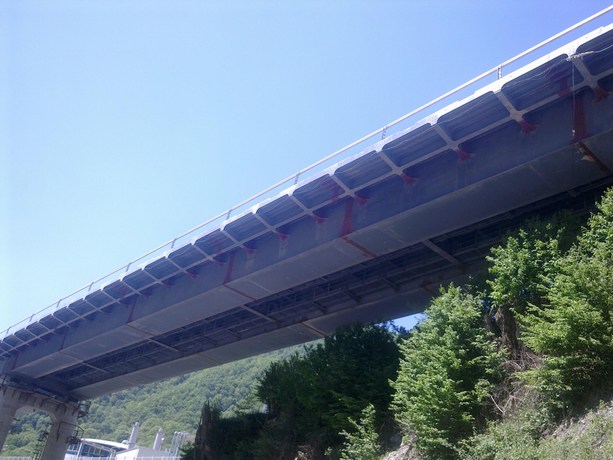 Нанесение металлизационного цинкового покрытия на торцевой лист металлоконструкций пролетных строений автодорожного моста Адлер - Горно-климатический курорт Альпика сервис. Площадь работ 2335м2.